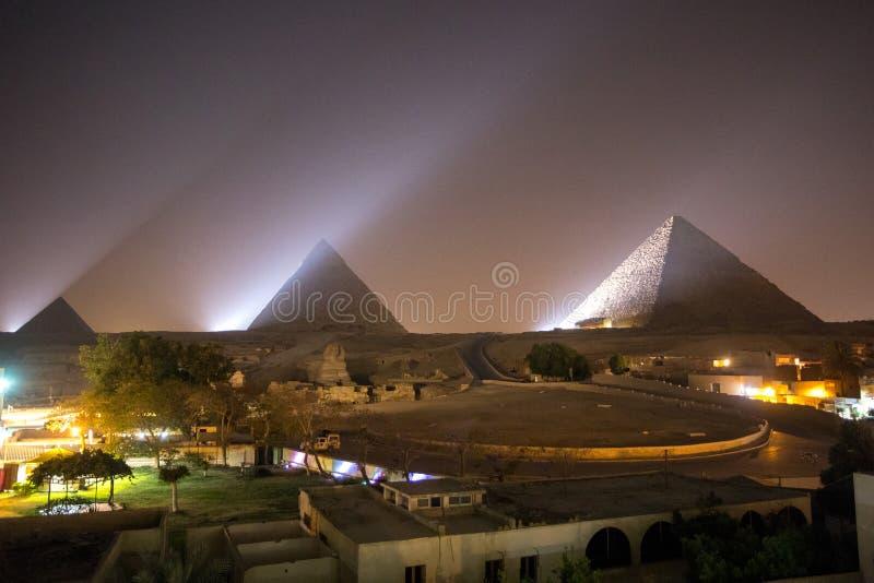 Die große Pyramide nachts lizenzfreie stockfotografie
