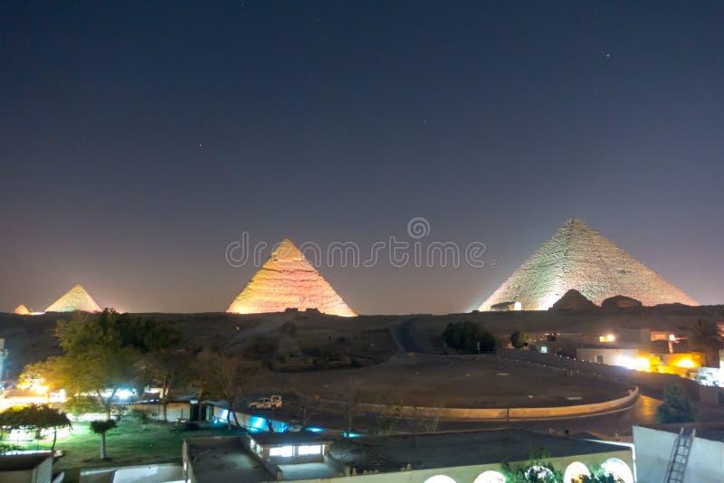 Die große Pyramide nachts lizenzfreies stockfoto