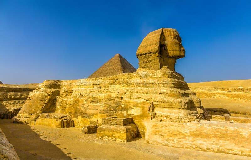 Die große Sphinx und die große Pyramide von Giseh lizenzfreie stockfotos