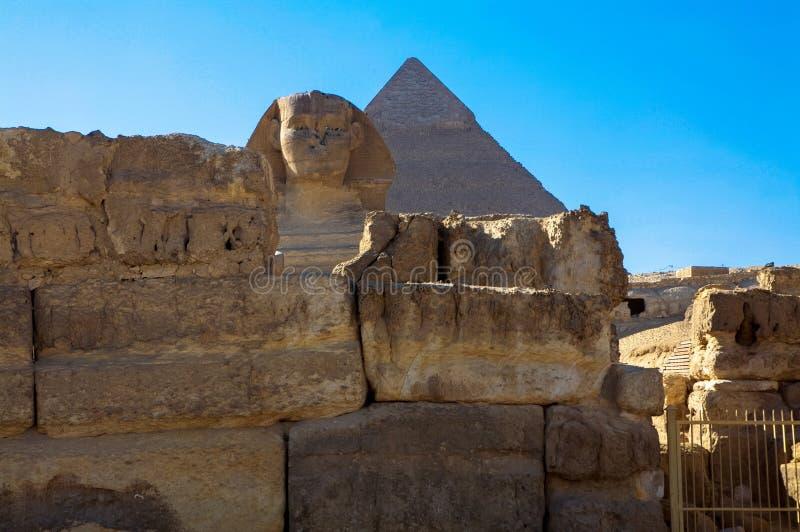 Die große Sphinx von Giseh mit den großen Pyramiden von Giseh, Kairo, Ägypten stockfotografie