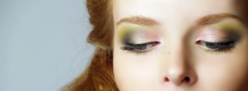 Die großen schönen Augen der jungen Frauen lizenzfreie stockfotografie