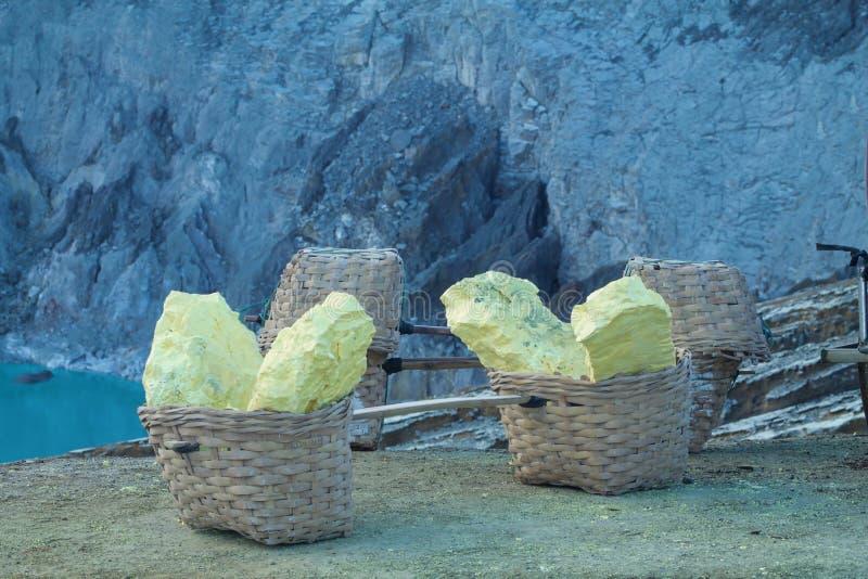 Die großen Stücke Schwefel extrahiert vom kavah ijen Vulkan stockfoto