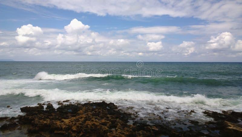 Die großen Wellen des Mittelmeeres im windigen Wetter lizenzfreie stockfotografie
