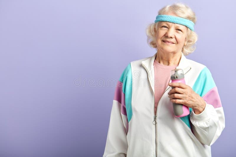 Die Gro?mutter, die herein f?r Sport tut und f?hlt sich an ihren Sechzigern, aktiver Lebensstil wunderbar stockfotos