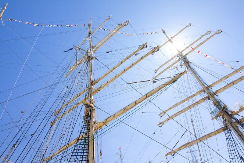 DIE GROSSSEGLER-RENNEN KOTKA 2017 Kotka, Finnland 16 07 2017 Maste des Dreimasters Kruzenshtern im Sonnenlicht im Hafen von Kotka lizenzfreie stockfotos