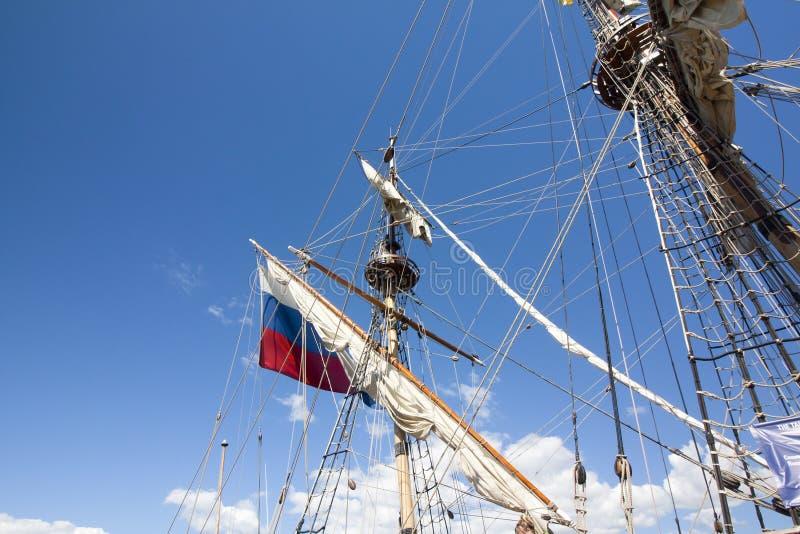 DIE GROSSSEGLER-RENNEN KOTKA 2017 Kotka, Finnland 16 07 2017 Maste des Schiffs Shtandart im Sonnenlicht im Hafen von Kotka, Finnl lizenzfreies stockbild