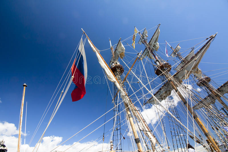 DIE GROSSSEGLER-RENNEN KOTKA 2017 Kotka, Finnland 16 07 2017 Maste des Schiffs Shtandart im Sonnenlicht im Hafen von Kotka, Finnl stockbild