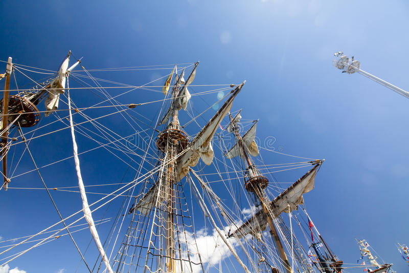 DIE GROSSSEGLER-RENNEN KOTKA 2017 Kotka, Finnland 16 07 2017 Maste des Schiffs Shtandart im Sonnenlicht im Hafen von Kotka, Finnl lizenzfreie stockbilder