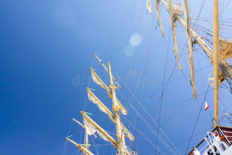 DIE GROSSSEGLER-RENNEN KOTKA 2017 Kotka, Finnland 16 07 2017 Maste von Schiff MIR im Sonnenlicht im Hafen von Kotka, Finnland stockbilder