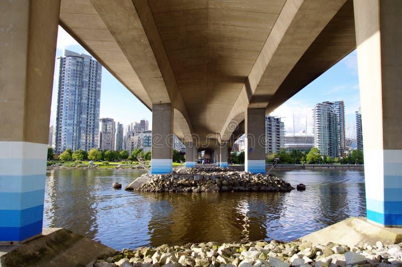 Die Grundlagen von Cambie überbrücken das Überspannen von False Creek, Vancouve lizenzfreie stockfotos