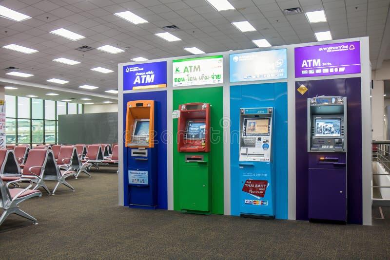Die Gruppe bunten ATMs stockbild