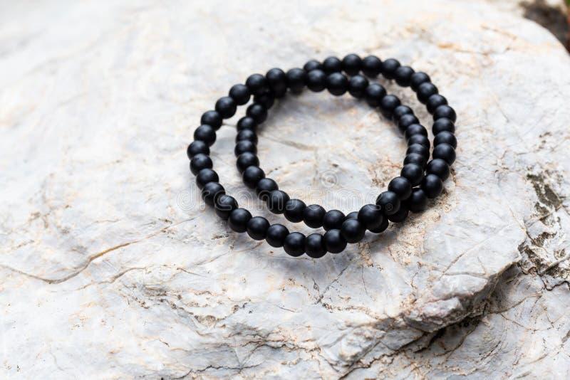 Die Gruppe des schwarzen Onyx-Stein-Armbandes stockfotos