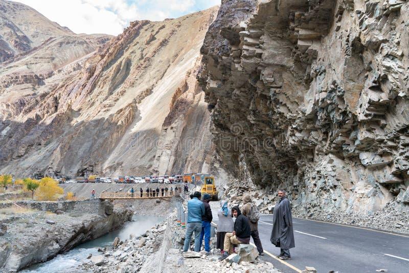 Die Gruppe von den LKW-Fahrern, die warten, wenn die Straße wegen des Erdrutschs klar ist stockfotos