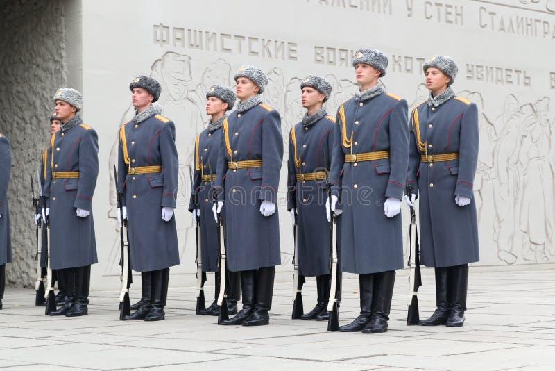Die Gruppe von Soldaten kostet in einem Mantel mit Waffe lizenzfreie stockbilder