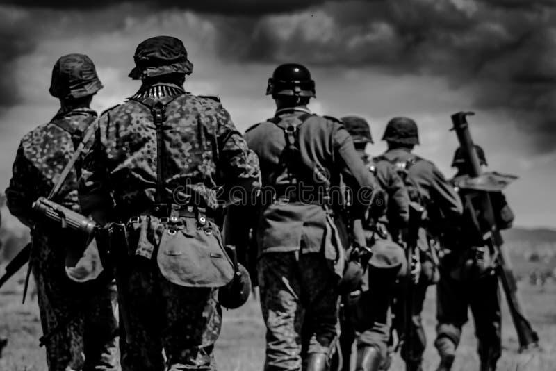 Die Gruppe von Soldaten marschiert zum Kampf lizenzfreie stockfotografie