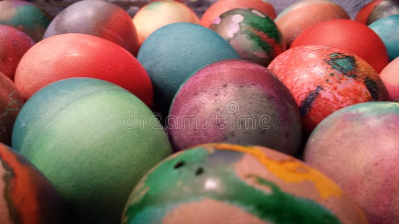 Die Gruppierung von farbigen Eiern erwarten lizenzfreies stockbild