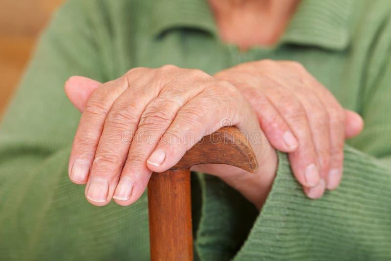 Die Hände der alten Frau lizenzfreie stockbilder