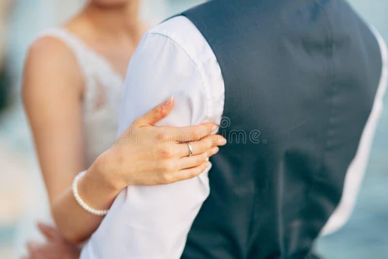 Die Hände der Jungvermählten mit Ringen stockbild