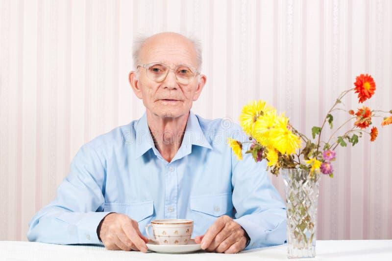 Die Hände des älteren Mannes werden gekreuzt stockfotografie