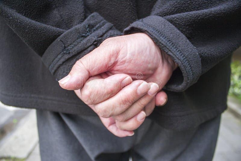 Die Hände des alten Mannes hinter seinem zurück stockbilder