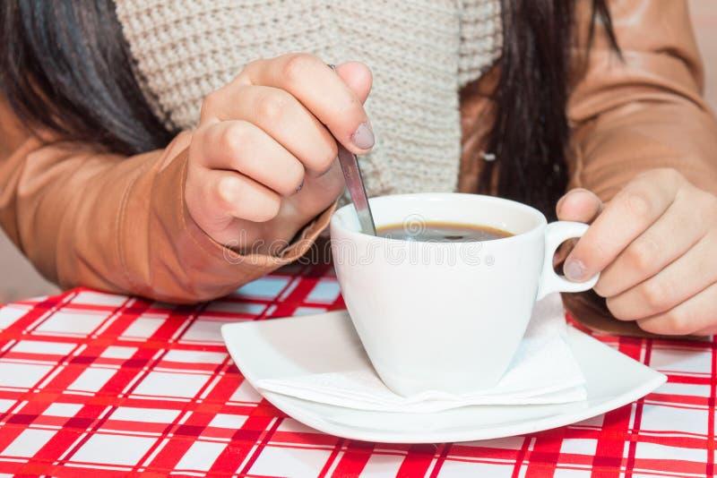 Die Hände des Mädchens, die Tasse Kaffee halten stockbilder