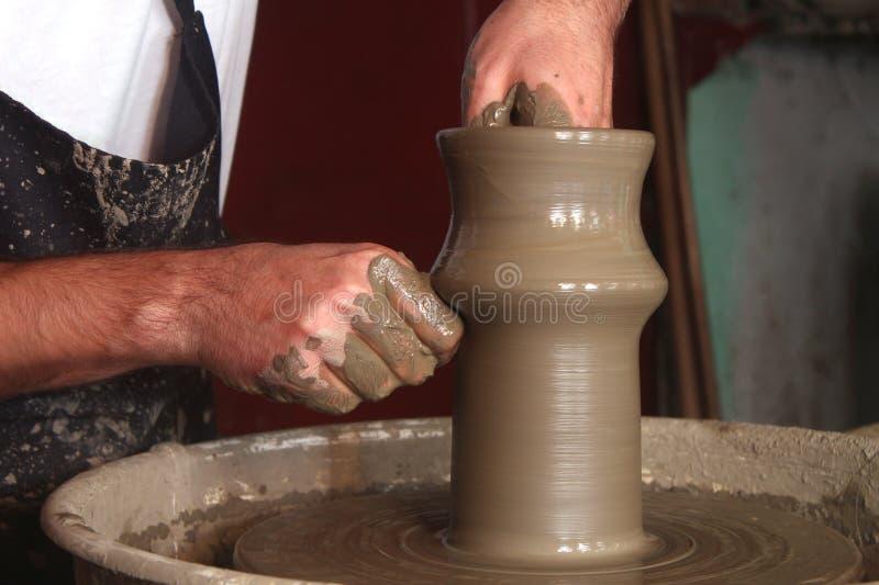 Die Hände des Töpfers, die keramischen Vase herstellen lizenzfreie stockbilder