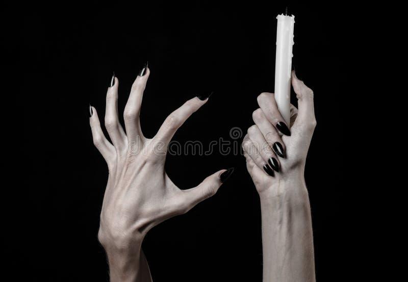 Die Hände, die eine Kerze, eine Kerze halten, wird, schwarzer Hintergrund, Einsamkeit, Wärme, in der Dunkelheit, übergibt Tod, Ha lizenzfreie stockfotografie
