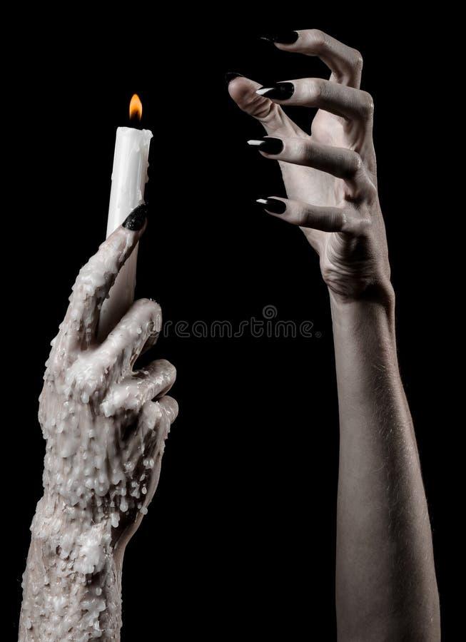 Die Hände, die eine Kerze, eine Kerze halten, wird, schwarzer Hintergrund, Einsamkeit, Wärme, in der Dunkelheit, übergibt Tod, Ha lizenzfreie stockbilder