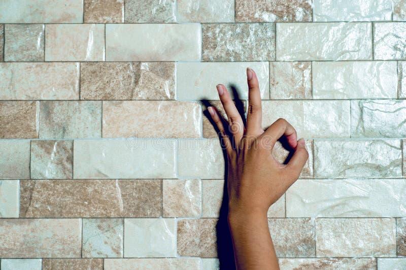Die Hände eines weißen Reinigungsmädchens auf der Oberfläche Handpflegebetrug lizenzfreies stockbild