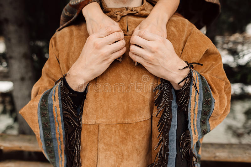 Die Hände von Männern und von Frauen Ein Mann in einem Poncho poncho stockfotos