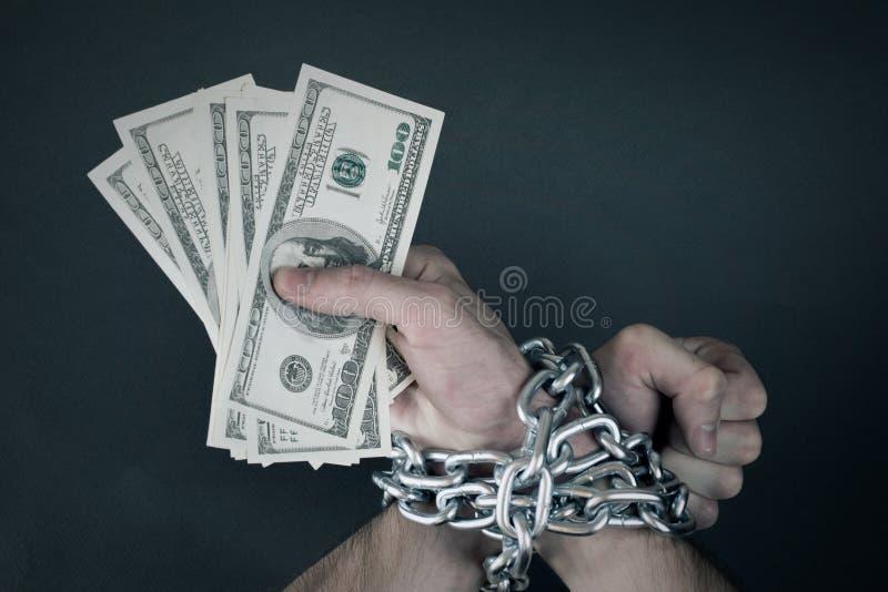 Die Hände, die zusammen verkettet werden, hält Geld lizenzfreies stockbild