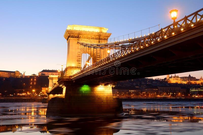 Die Hängebrücke bei Sonnenuntergang über der eisigen Donau, Budapest, stockfoto