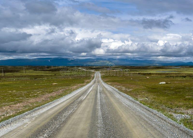 Die höchste öffentliche Straße von Schweden Harjedalen-Region, über die Landschaft von skandinavischen Alpen kreuzend stockbild