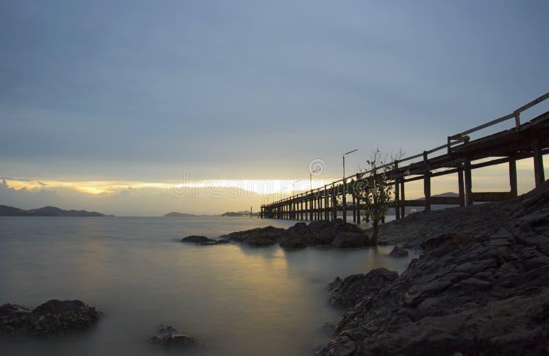 Die hölzerne Brücke auf Sonnenuntergangzeit am schönen Tag, Ranong Thailand lizenzfreie stockbilder