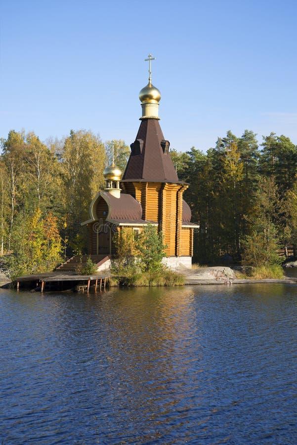 Die hölzerne Kirche des Apostels Andrew auf Vuoksa-Goldherbst - 27 Grad auf Celsius stockfotos