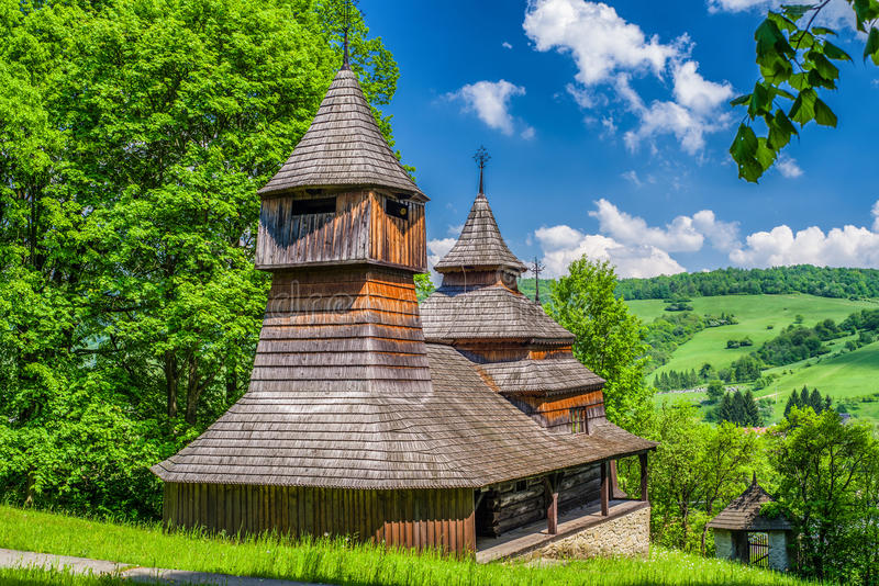 Die hölzerne Kirche des griechischen Katholischen von St. Cosmo und Damian, Slovaki lizenzfreie stockfotos
