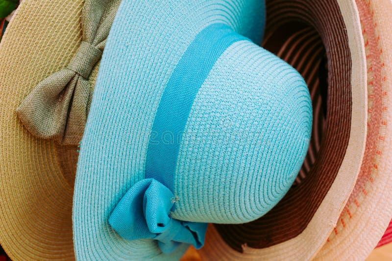 Die Hüte der Frauen für Sommertage/Hintergrund lizenzfreies stockfoto