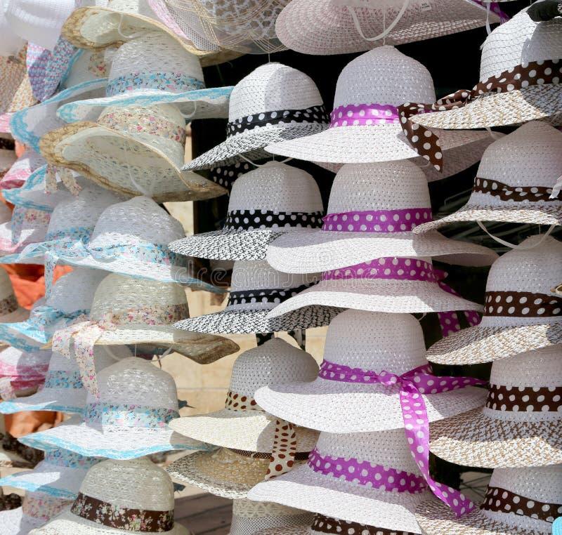 Die Hüte der Frauen für Sonnenschutz stockbild