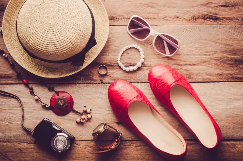 Die Hüte, Schuhe und Zubehör zum anzukleiden lagen auf dem Bretterboden für Reise - Weinleseton lizenzfreie stockbilder
