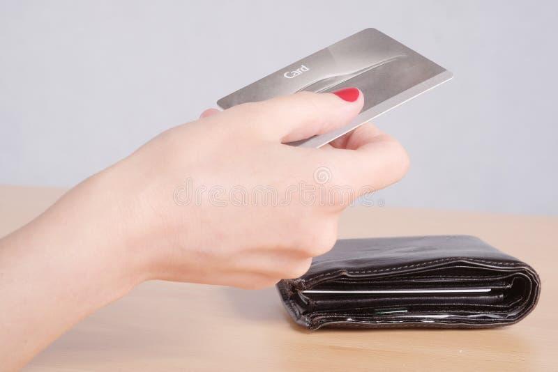 Die Hand der Frau, die eine Kreditkarte hält lizenzfreies stockfoto
