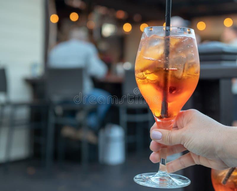 Die Hand der Frau, die ein volles hält, spritz Getränk an einer Bar stockbild
