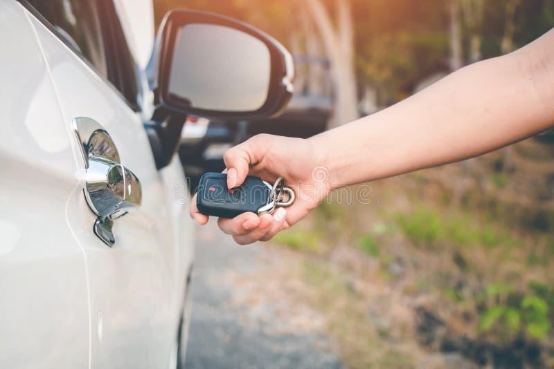 Die Hand der Frau entriegelt das Auto stockfoto