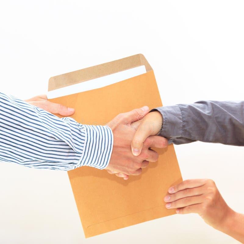 Die Hand der Frau führt Umschlag zur männlichen Hand auf Weiß lizenzfreies stockbild