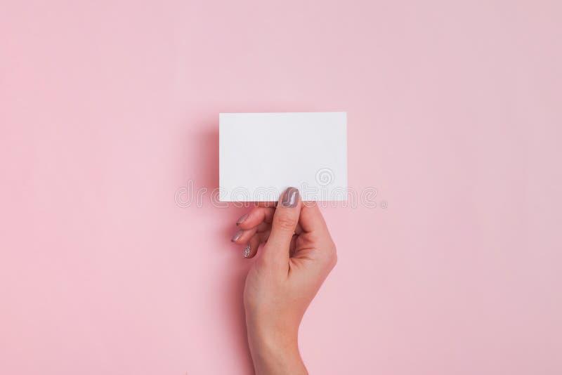 Die Hand der Frau, die Karte des leeren Papiers h?lt stockbild