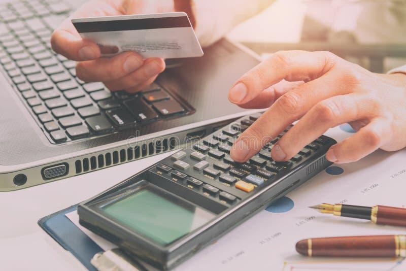 Die Hand der Frau, die Kreditkarte hält stockfoto