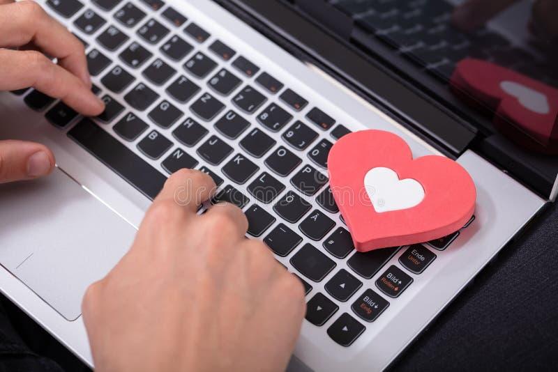 Die Hand der Person, die auf Laptop-Tastatur schreibt lizenzfreie stockfotografie