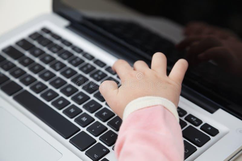 Die Hand des Mädchens, die auf Laptop-Tastatur schreibt lizenzfreies stockfoto