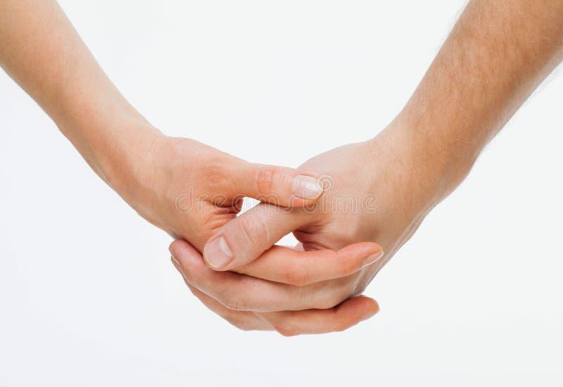 Die Hand des Mannes, welche leicht die Hand der Frau hält stockfoto