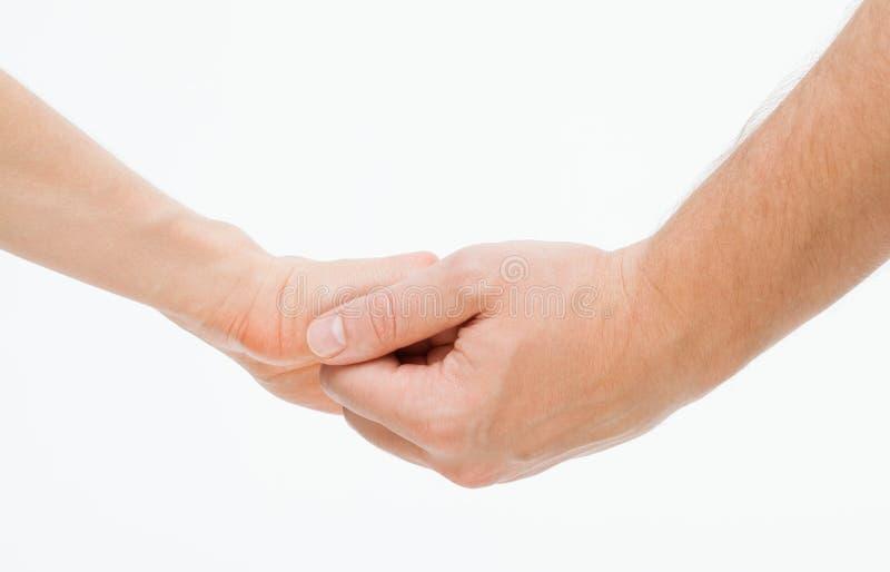Die Hand des Mannes, welche leicht die Hand der Frau hält stockbild