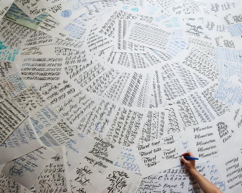 Die Hand des Schreibkünstlers mit einer Bürste lernt, Briefe zu schreiben lizenzfreie stockfotografie